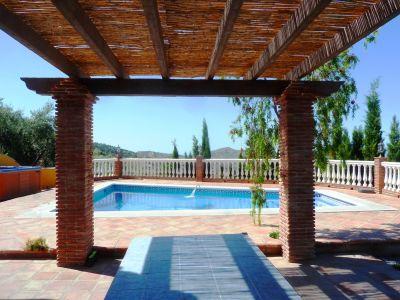 Loma del tejo casa rural con piscina climatizada y jacuzzi for Piscina climatizada teruel